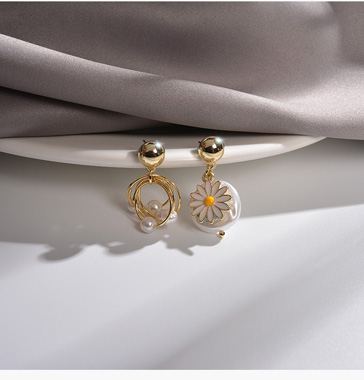 Daisy Design White Pearl Earring Set